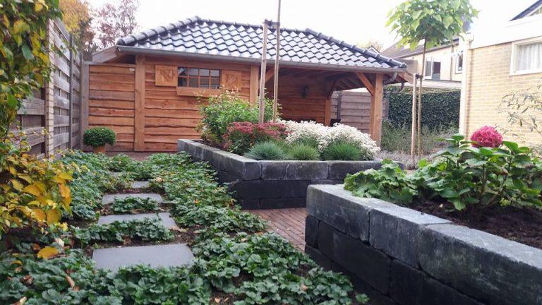 Een tuin met overkapping